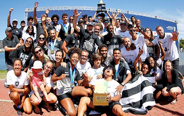 Equipe do Botafogo comemora o título de Campeão Brasileiro de Barcos Longos 2018