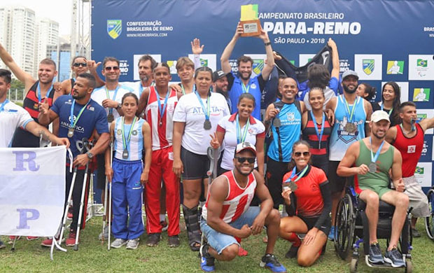 Medalhistas do Brasileiro de Para-Remo 2018 comemorando os resultados na Raia da USP