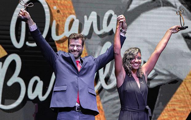 Jairo Klug e Diana Barcelos sobem ao palco para receber o Prêmio Paralímpico 2018