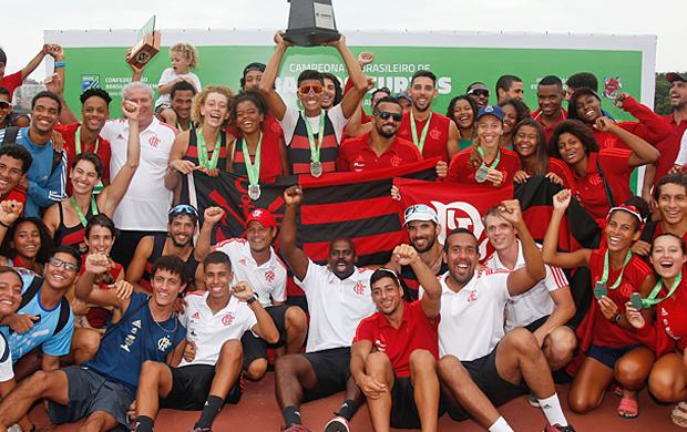 Equipe do Flamengo comemorando a conquista do troféu pela segunda vez consecutiva