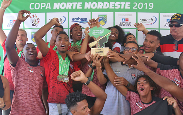 Equipe do Esporte Clube Vitória comemora a conquista do troféu de campeão