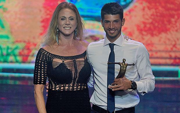 Xavier subiu ao palco para receber o troféu entregue pela ex-jogadora de basquete Hortência