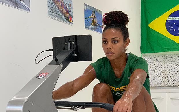 Remadora Isabelle Falck (Flamengo) durante treino no remoergômetro em casa