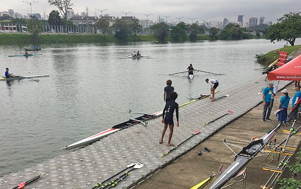 Atletas peparando seu barcos e remos para entrar na Raia Olímpica da USP