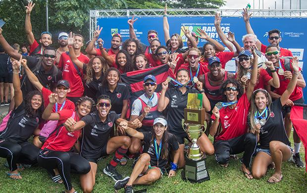 Equipe do Flamengo comemora a conquista do troféu de campeão