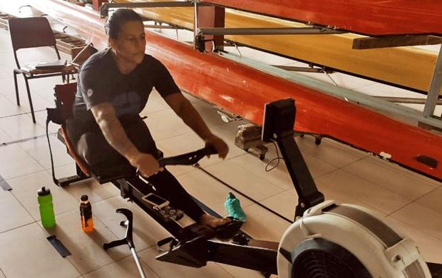 Atleta Cláudia Santos durante treinamento no remoergômetro