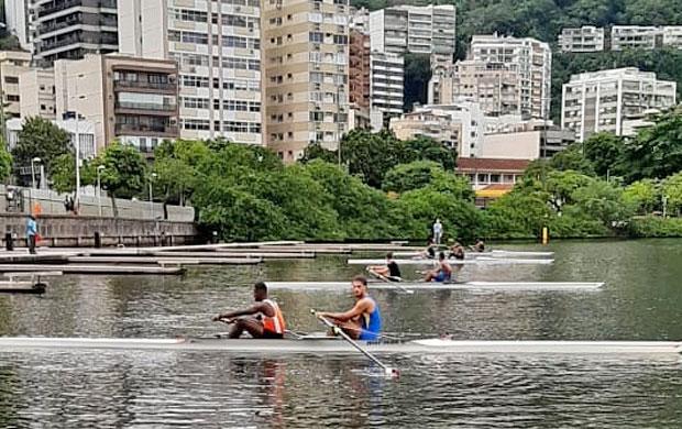 Atletas do Dois Sem Masculino aguardam largada da prova na Lagoa Rodrigo de Freitas