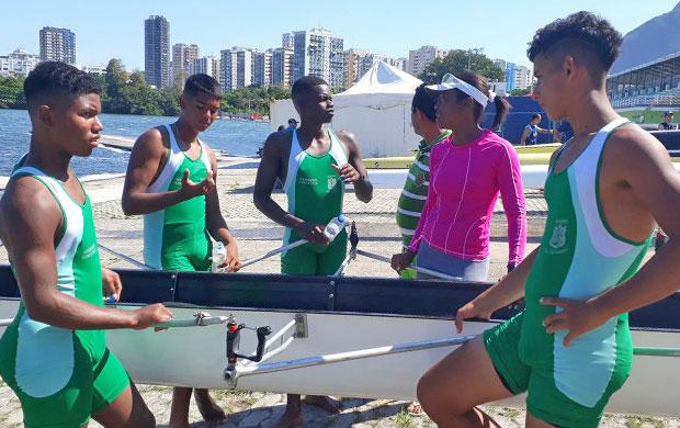 Marilene Barbosa (camiseta rosa) com sua equipe na raia da Lagoa Rodrigo de Freitas