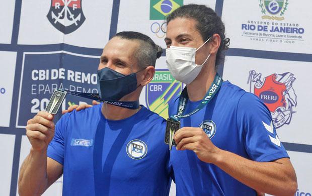 Matias Boledi (esq) e Olavo Pelegrino (dir) comemoram a prata no Double Skiff Peso Leve