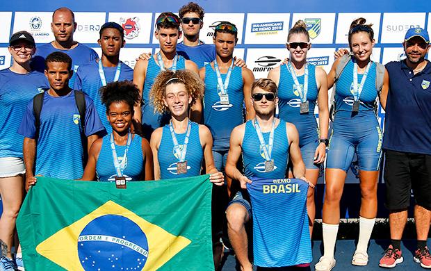 Parte dos atletas de Seleção Brasileira de Remo durante a cerimônia de premiação de domingo
