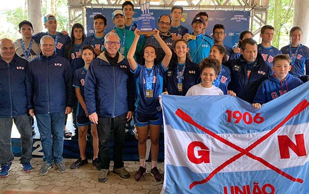 Atletas e Comissão Técnica do Grêmio Náutico união comemorando a conquista do troféu.