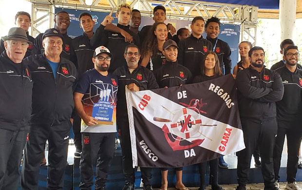 Atletas e Comissão Técnica do Vasco da Gama com o troféu do Campeonato Interclubes.